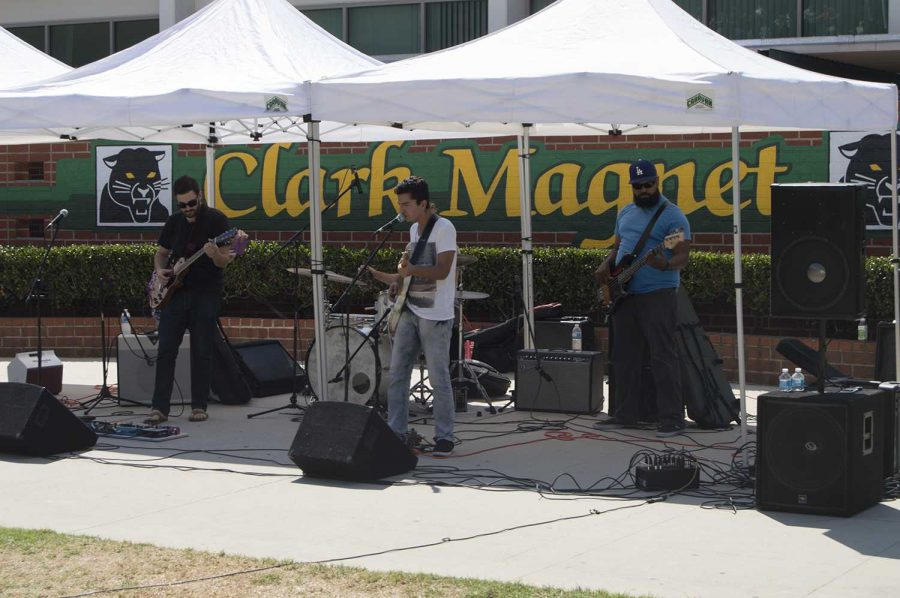 Ray+Goren+and+his+band+entertain+Clark+Magnet.