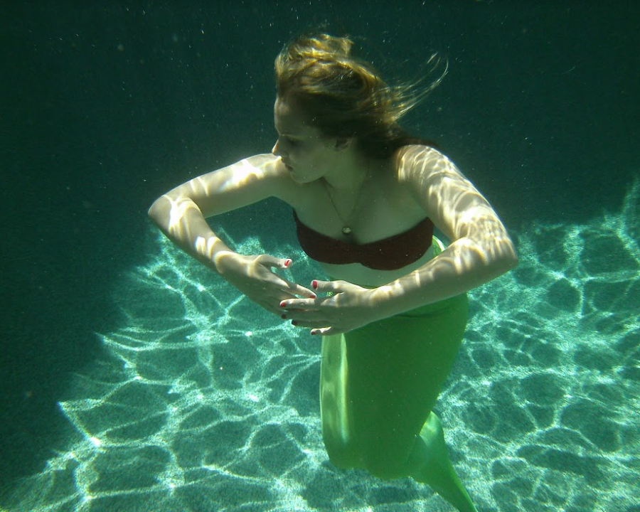 Junior+Anna+Herrin+poses+for+a+picture+underwater.